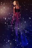 Frau im eleganten roten Kleid. Fachmann mak Lizenzfreie Stockfotos