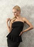 Frau im eleganten schwarzen Kleid Stockbild