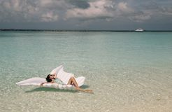 Frau im eleganten Strand kleidet die Entspannung auf Malediven-Insel Stockfotografie