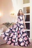 Frau im Eleganzlangen Blumenkleid im Studio Art und Weise Stockfotos