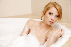 Frau im entspannenden Bad Nahaufnahme der jungen Frau im Badewanne bathin Stockbild