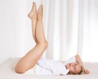 Frau im entspannenden Bett Lizenzfreies Stockbild