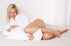 Frau im entspannenden Bett Stockfoto
