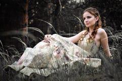 Frau im feenhaften Wald Lizenzfreie Stockfotografie
