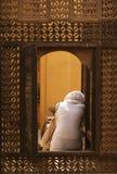 Frau im Fenster stockfotografie