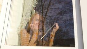 Frau im Fenster, das Skizzen macht stock video footage