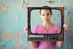Frau im Fernsehfeld Stockfotos
