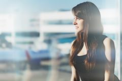 Frau im Flughafen lizenzfreies stockbild