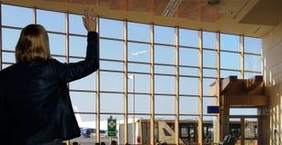 Frau im Flughafen Stockfotos