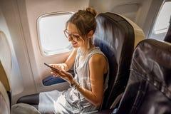 Frau im Flugzeug stockbild