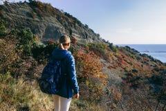 Frau im Freien auf dem Hintergrund des Berges und des Meeres Lizenzfreies Stockfoto