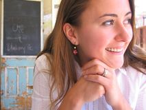 Frau am im Freienkaffee-Lächeln stockbild