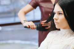 Frau im Friseursalon Stockfotografie