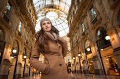 Frau im Galleria Vittorio Emanuele II untersuchend den Abstand Lizenzfreie Stockbilder