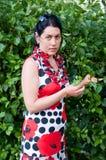 Frau im Garten lizenzfreies stockfoto