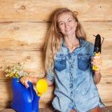 Frau im Garten lizenzfreie stockbilder