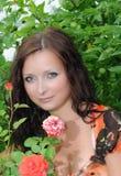Frau im Garten mit Rosen Stockbild