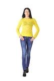 Frau im Gelb mit den Händen auf Taille Lizenzfreie Stockfotografie