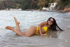 Frau im gelben Bikini am Strand lizenzfreies stockbild