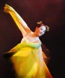 Frau im gelben Kleiderausführenden koreanischen traditionellen Tanzes Busans am Theater stockfotografie