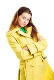 Frau im gelben Regenmantel Lizenzfreie Stockfotografie