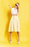 Frau im gelben Rock mit Lutscher Stockbilder
