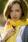 Frau im gelben Schal Stockfotografie