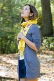 Frau im gelben Schal Stockfotos