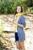 Frau im gelben Schal in den Herbstfarben Stockbilder