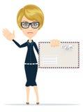 Frau im Gesellschaftsanzug, der einen Umschlag mit einem Buchstaben hält Stockfotografie