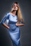 Frau im glänzenden Blau Stockfotografie