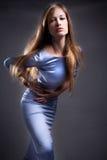 Frau im glänzenden Blau Lizenzfreie Stockbilder