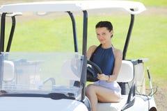Frau im Golfauto lizenzfreie stockfotografie