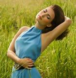 Frau im grünen Gras Stockbild