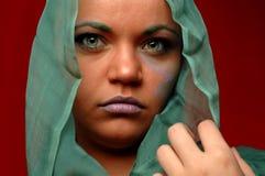 Frau im grünen Halstuch Stockbild