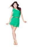 Frau im grünen Kleid barfuß Stockfoto