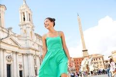Frau im grünen Kleid in Rom, Italien Stockfotografie