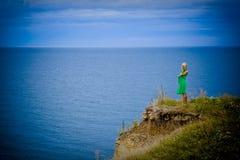 Frau im grünen Kleid und im Meer Lizenzfreies Stockfoto