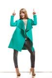 Frau im grünen Mantel, der Kopienraum zeigt stockfoto