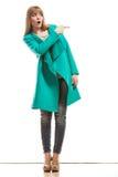 Frau im grünen Mantel, der Kopienraum zeigt lizenzfreie stockbilder