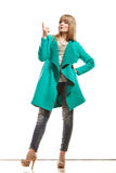 Frau im grünen Mantel, der Kopienraum zeigt stockbilder