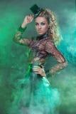 Frau im grünen Nebel Stockfoto
