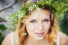 Frau im grünen Wald Lizenzfreies Stockfoto