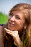Frau im Gras Lizenzfreie Stockbilder