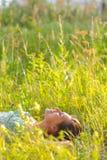 Frau im Gras Stockfotos