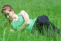 Frau im Gras Stockbilder
