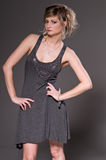 Frau im grauen Kleid Lizenzfreie Stockfotografie