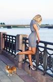 Frau im grauen Kleid auf einem Kai. Lizenzfreie Stockfotografie