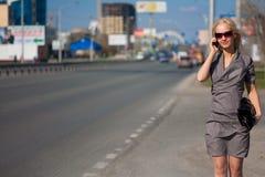 Frau im grauen Kleid draußen Lizenzfreie Stockfotos