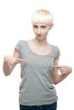 Frau im grauen T-Shirt Stockfoto